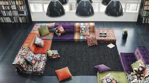 разноцветный угловой диван в гостиной