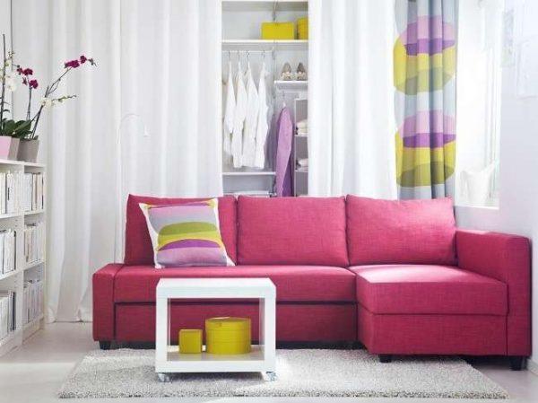 угловой диван розового цвета в интерьере гостиной