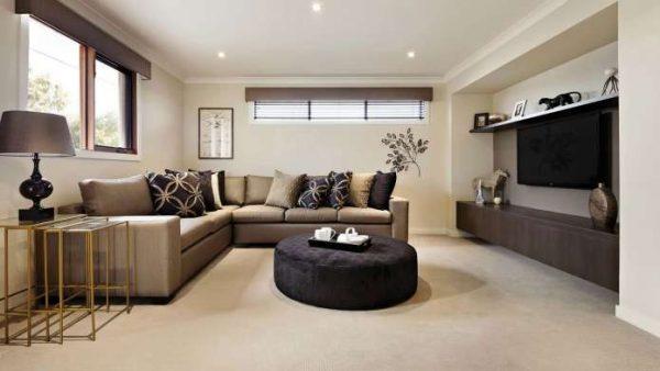 светло-коричневый угловой диван в гостиной