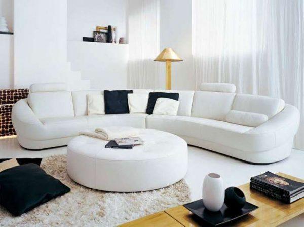 полукруглый белый угловой диван в интерьере гостиной