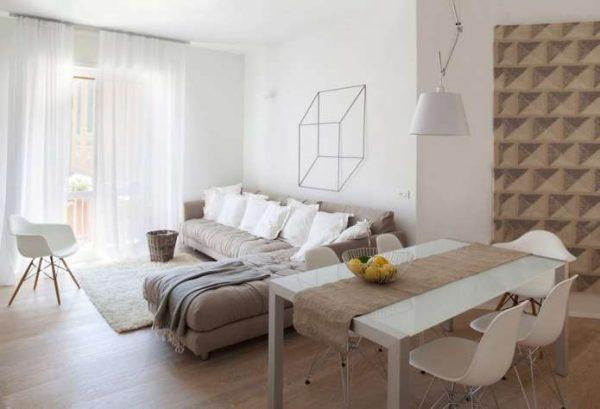угловой диван бежевого пастельного оттенка в интерьере гостиной