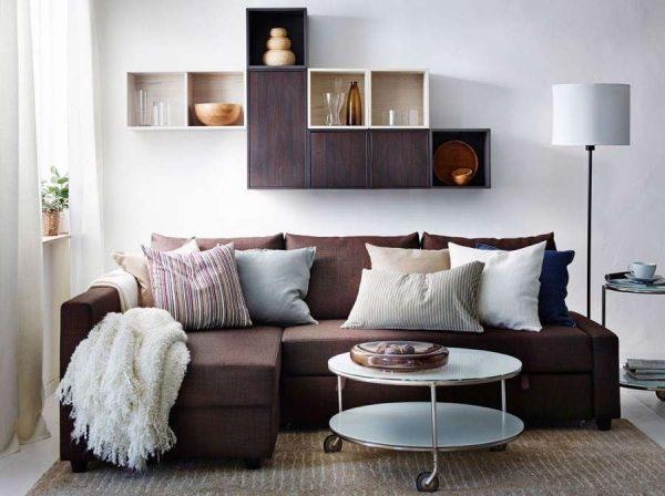 коричневый угловой диван в интерьере гостиной