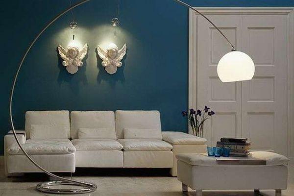 синий цвет стен в интерьере гостиной