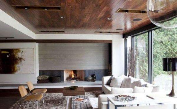 белый цвет стен отлично сочетается с деревянным потолком