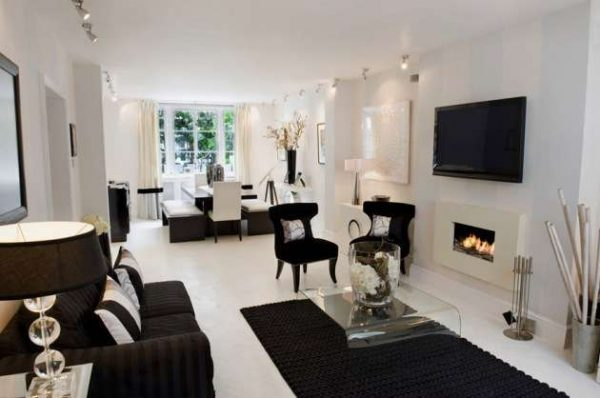 белый цвет стен в интерьере гостиной