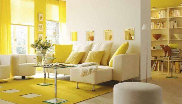 жёлтый цвет стен в интерьере гостиной делает её жизнерадостной