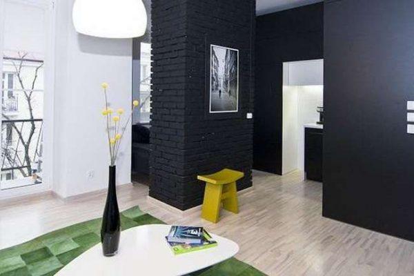 чёрный цвет стен в интерьере гостиной
