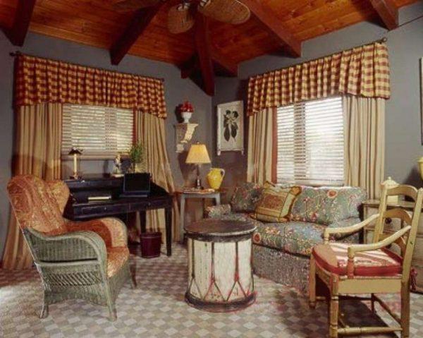 кантри в интерьере гостиной в деревенском доме