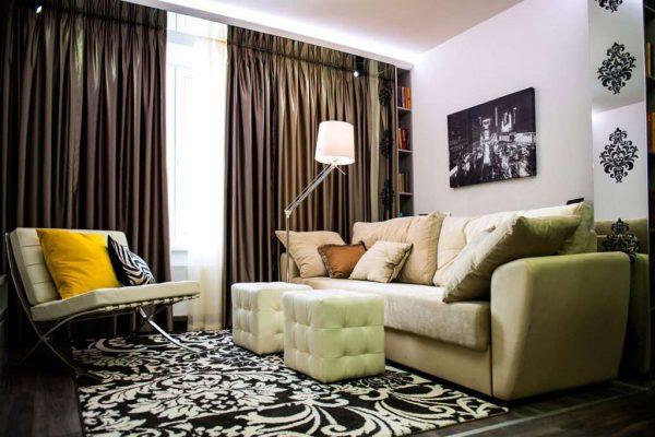 роскошные шторы в интерьере небольшой гостиной