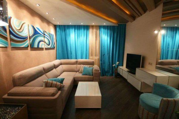 голубые шторы в интерьере небольшой гостиной