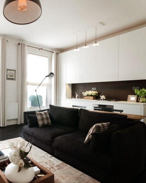 чёрный диван в интерьере небольшой гостиной