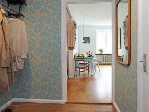 голубые обои в маленькой прихожей в квартире
