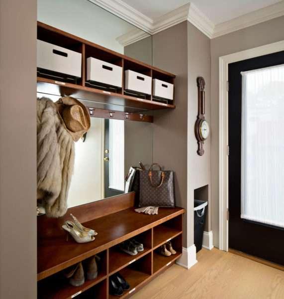 коричневый шкаф с открытыми полками для прихожей