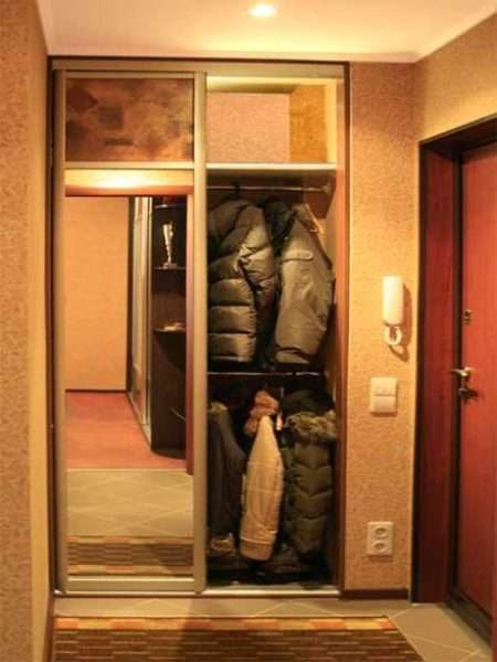 сезонные вещи в шкафу прихожей