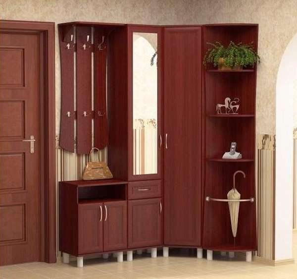 шкаф в маленькой прихожей в квартире