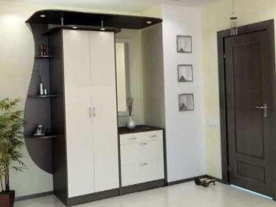 шкаф с белыми фасадами в прихожей в квартире