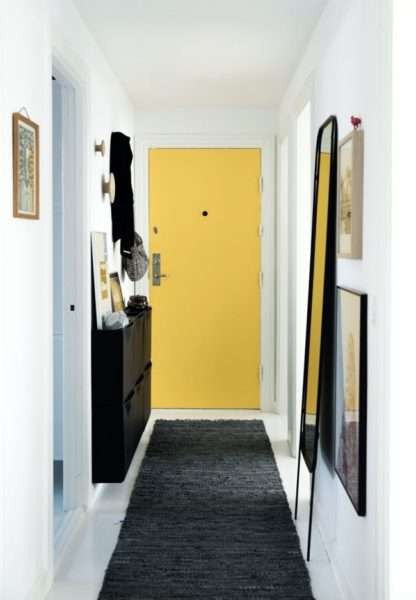 дизайн прихожей с жёлтыми дверями