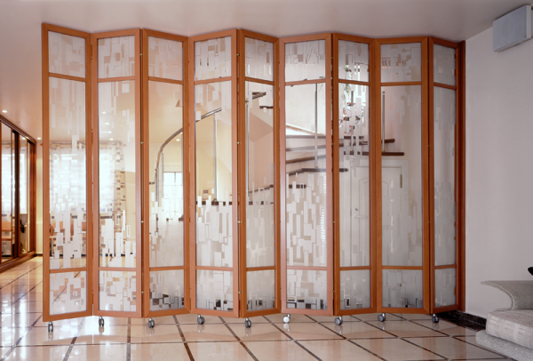 Разделение комнаты на гостиную и спальню с помощью ширмы перегородки