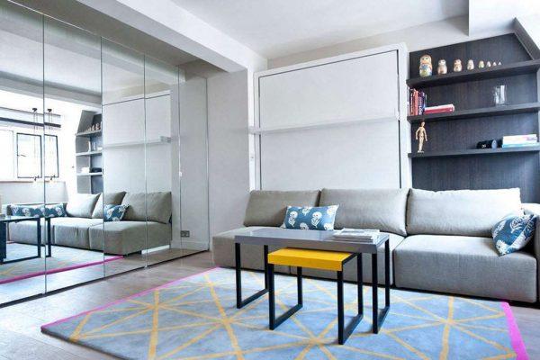 дизайн спальни и гостиной в одной комнате с зеркальным шкафом купе