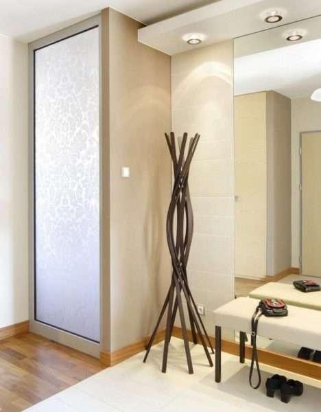 стильная вешалка и шкаф в коридоре в однокомнатной квартире