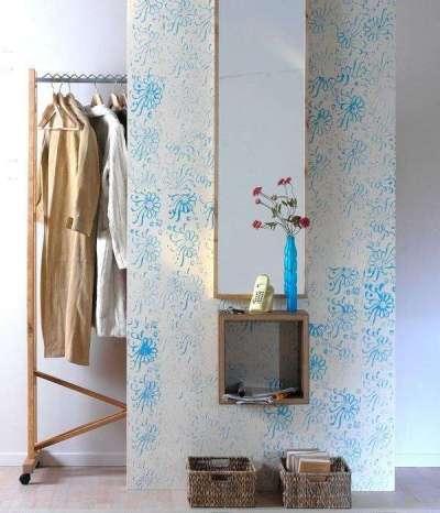 голубые накаты на стенах коридора