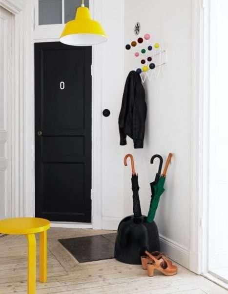 жёлтая мебель в коридоре однокомнатной квартиры