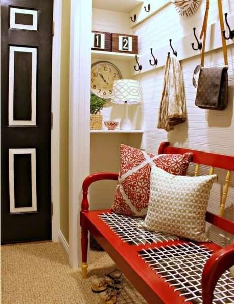 скамья с открытой вешалкой в коридоре однокомнатной квартиры