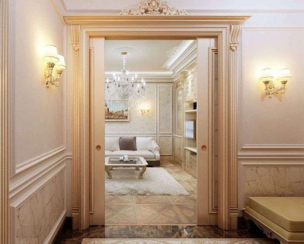 коридор в однокомнатной квартире с лепниной