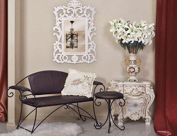 кованая мебель в интерьере прихожей