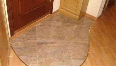 ламинат и плитка на полу в коридоре