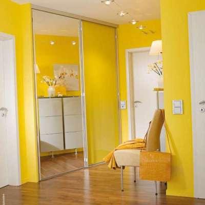 жёлтые стены в прихожей