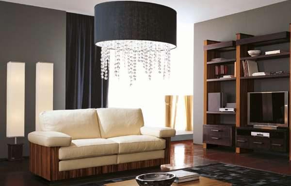 бежевый диван в современной гостиной с люстрой модерн
