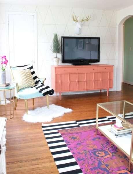 розовая тумба под телевизор в гостиной