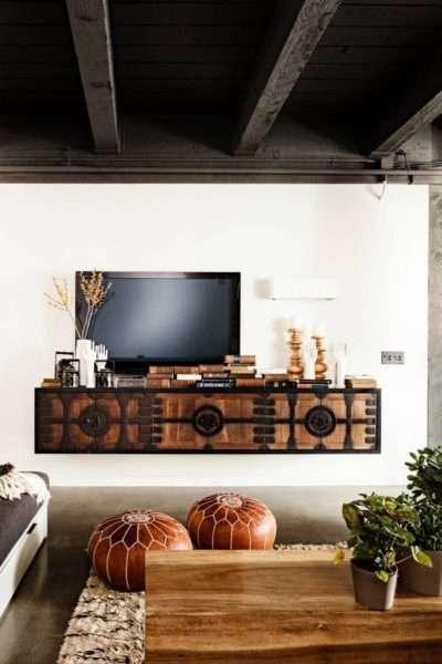 резная тумба под телевизор в гостиной