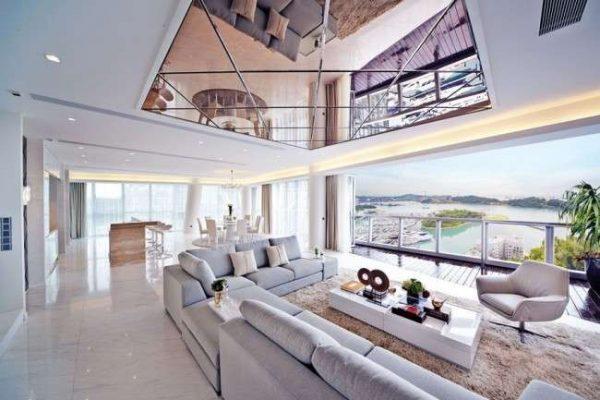 зеркальная поверхность натяжной потолок в гостиной