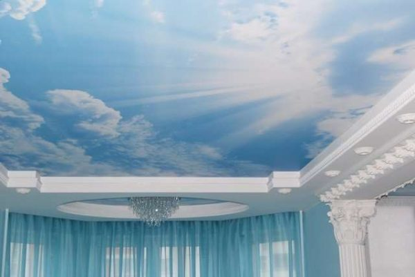 натяжной потолок с облаками в гостиной