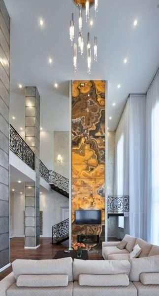 потолок натяжной в огромной гостиной
