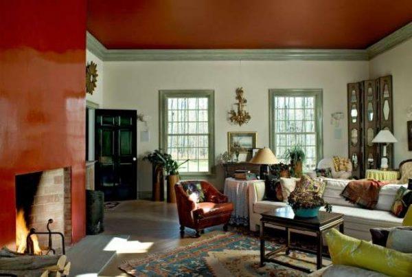 красный натяжной матовый потолок в гостиной