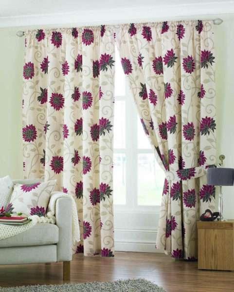 лёгкие шторы с цветочным узором в гостиной