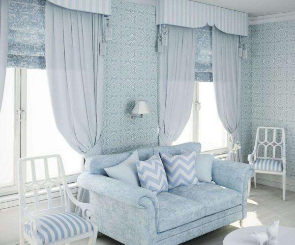 голубые пастельные шторы в интерьере гостиной