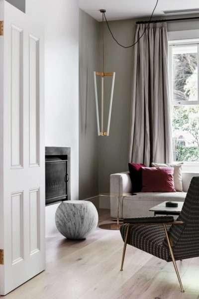 однотонные шторы в современной гостиной
