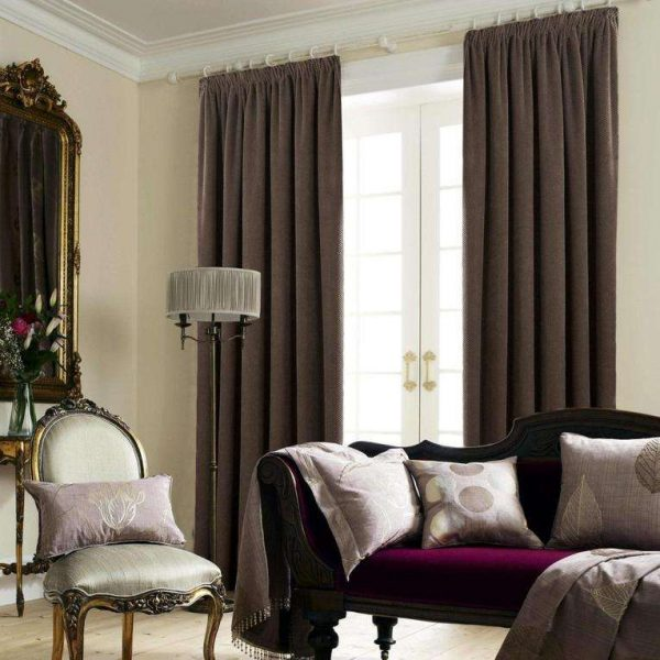 коричневые шторы в современной гостиной