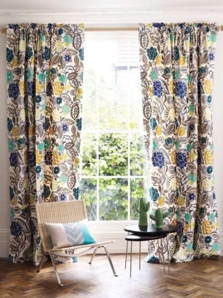 шторы с цветочным принтом в интерьере гостиной