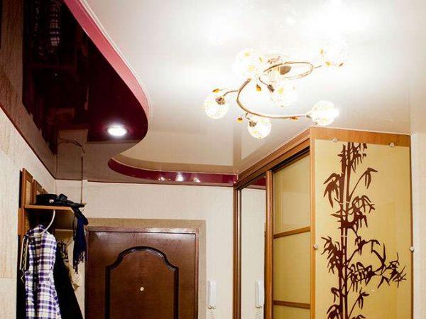 многоуровневый потолок натяжной в коридоре