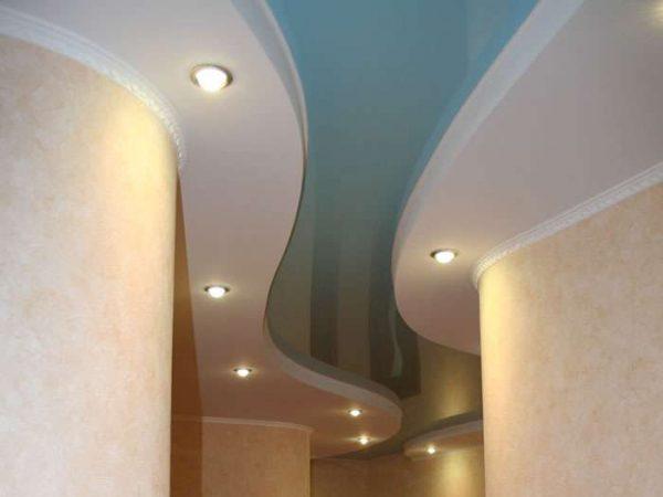 многоуровневая конструкция из гипсокартона в коридоре
