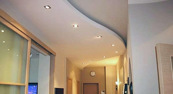 Дизайн потолка в прихожей из гипсокартона и пластиковых панелей
