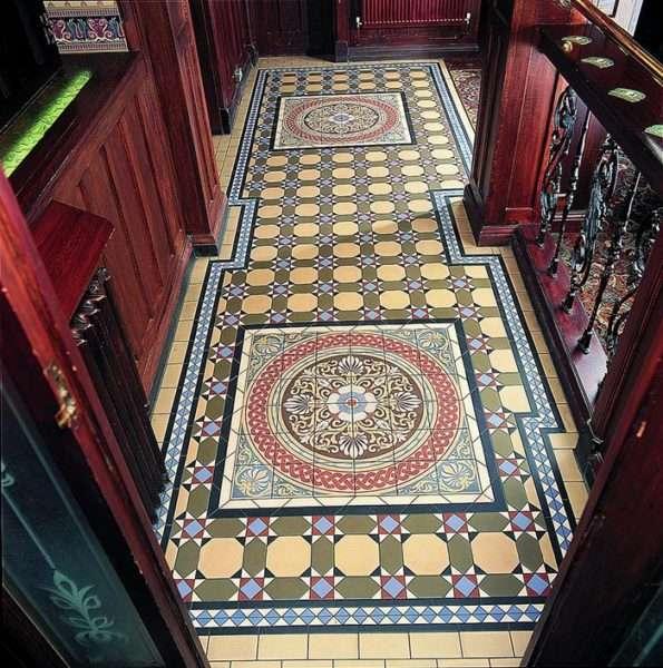 геометрический узор на полу прихожей в английском стиле