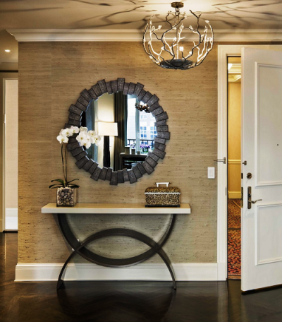 зеркало в современной прихожей в английском стиле