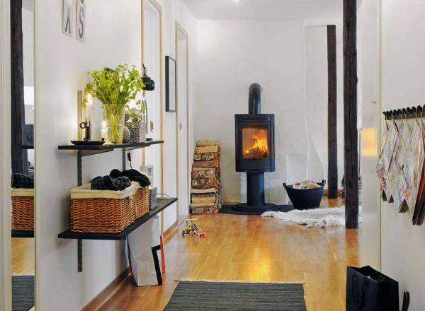 декор: камин, полки в прихожей в скандинавском стиле