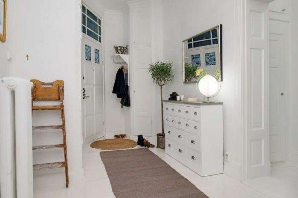 белый комод в прихожей в скандинавском стиле